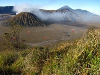 Widok o poranku z Gunung Penanjakan na morze piasku w kalderze Tengger i wulkany Gunung Batok, Gunung Bromo, Gunung Kursi i Gunung Semeru