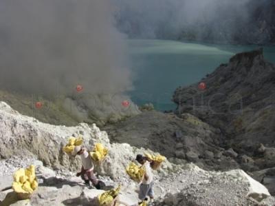 Transport siarki z dna krateru Ijen