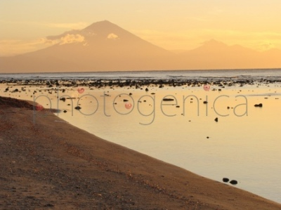 Zachód słońca na wyspie Gili Trawangan, widok na wulkany na Bali