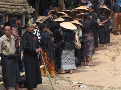 Krewni zmarłego w strojach tradycyjnych