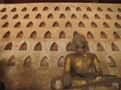 Budda z Buddami w tle