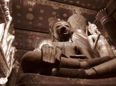 Budda we wnętrzu Wat Mai Suwannaphumaham