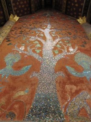 Mozaika - drzewo życia - na ścianie Sali ordynacyjnej w Wat Xieng Thong
