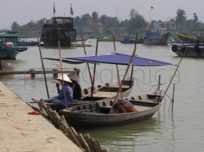 Łódki przy nabrzeżu rzeki Thu Bon w Hoi An