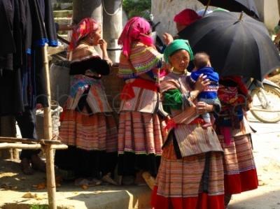 Kobiety z mniejszości etnicznej Flower Hmong na niedzielnym jarmarku w Bac Ha