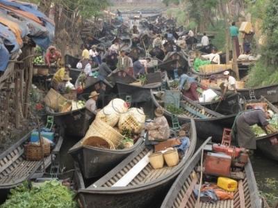 Łodzie przybyłych na targ w Nyaungshwe