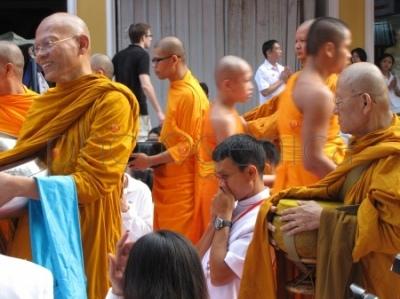 Mnisi podczas święta Songkran w Bangkoku