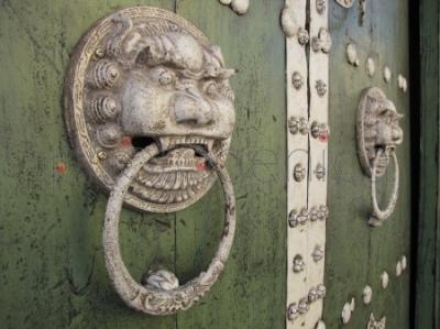 Ozdobne drzwi z kołatkami w kształcie lwich głów