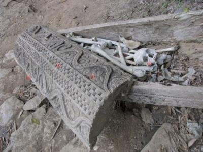 Szkielety w ozdobnej trumnie